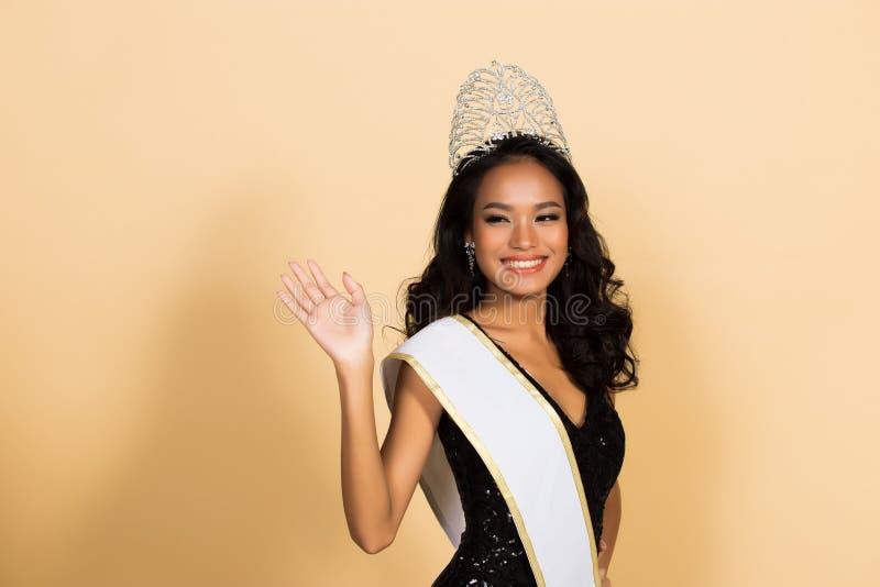 Competição da senhorita Beauty Pageant Queen no vestido asiático foto de stock royalty free