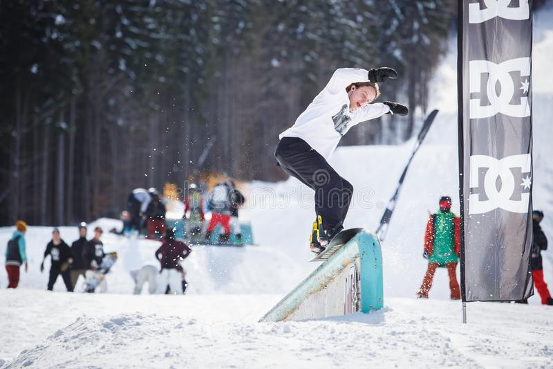 Competição de patíbulo do Snowboard no parque do inverno fotos de stock