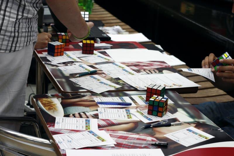 Competição do cubo do `s de Rubik imagem de stock