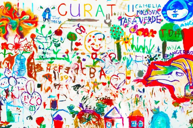 Competição dos desenhos das crianças na parede no parque foto de stock