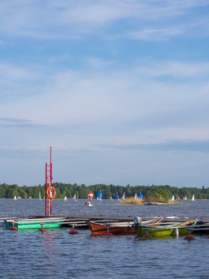 Competição e botes da navigação no porto no lago ensolarado fotografia de stock royalty free