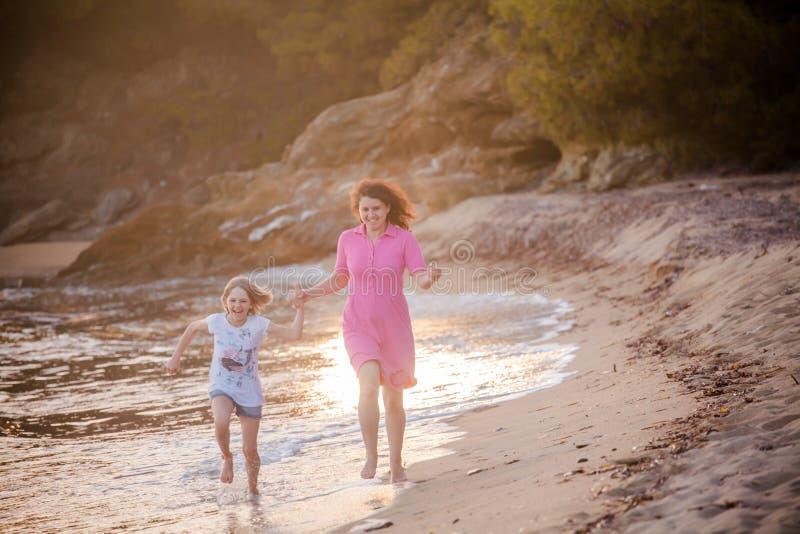 Competição na praia, Chalkidiki da corrida da família, Grécia fotos de stock royalty free
