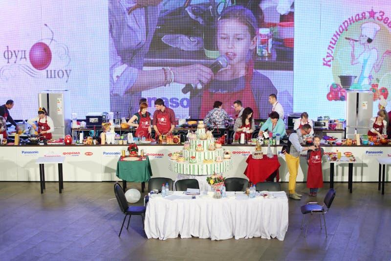 Competição no cozimento e no bolo grande imagens de stock royalty free