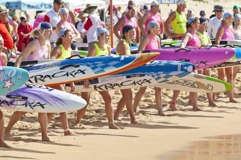 Competição salva-vidas da placa de pá da ressaca de Austrália imagem de stock