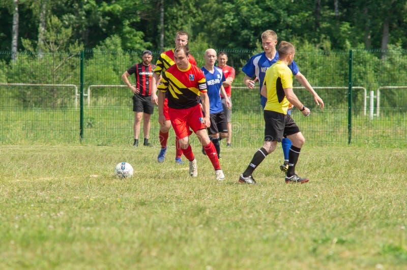 Competições amadoras do futebol na região de Kaluga de Rússia fotografia de stock