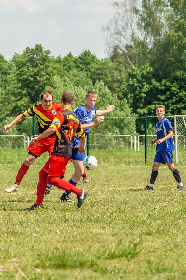 Competições amadoras do futebol na região de Kaluga de Rússia foto de stock royalty free