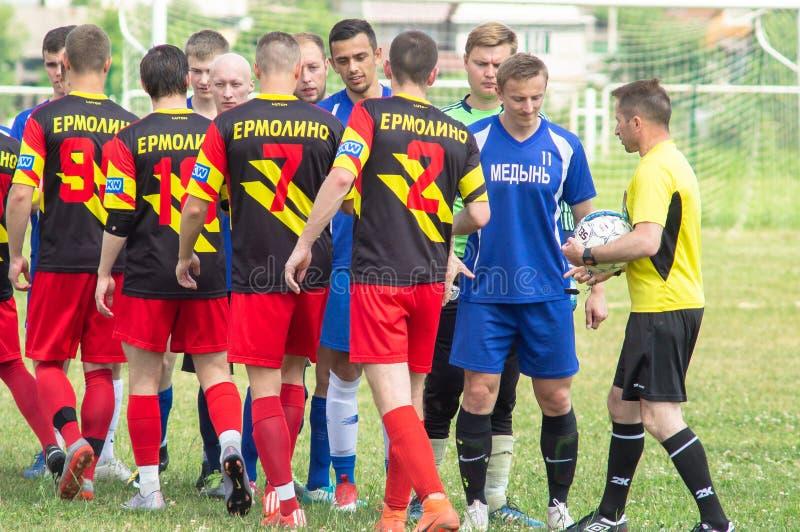 Competições amadoras do futebol na região de Kaluga de Rússia imagens de stock