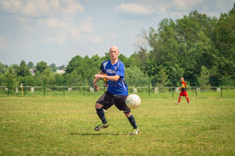 Competições amadoras do futebol na região de Kaluga de Rússia fotos de stock royalty free