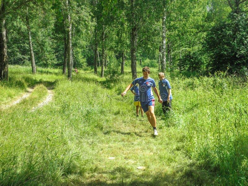 Competições no esporte que orienteering em uma convenção do turismo na região de Kaluga de Rússia foto de stock
