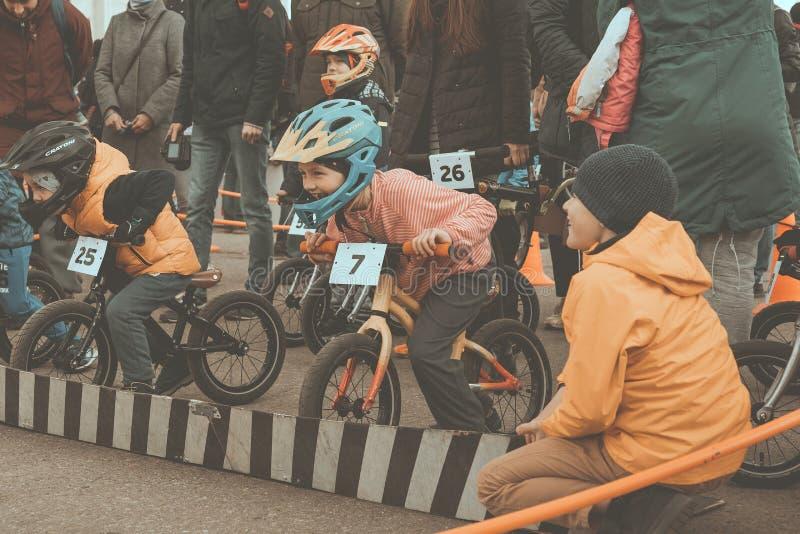 Competi??o amadora das crian?as equilibrar a bicicleta no quadrado de Lenin As crianças são no início foto de stock