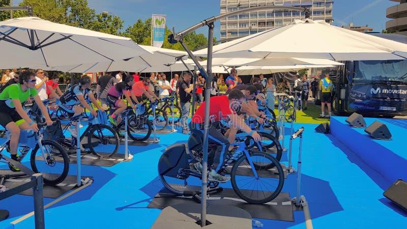 Competi??o da rua dos ciclistas em uma bicicleta estacion?ria fotos de stock royalty free