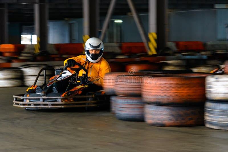 Competi??o karting din?mica na velocidade com movimento obscuro em uma pista de corridas equipada fotos de stock royalty free