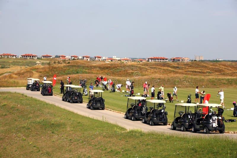 Competiam do golfe - grupo do golfe, carrinhos de golfe imagem de stock