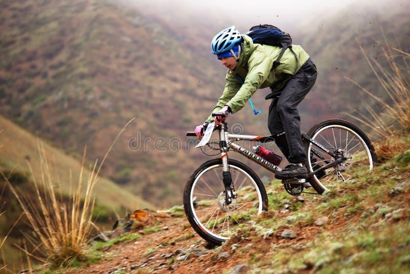 Competición de la bici de montaña de la aventura del resorte fotografía de archivo