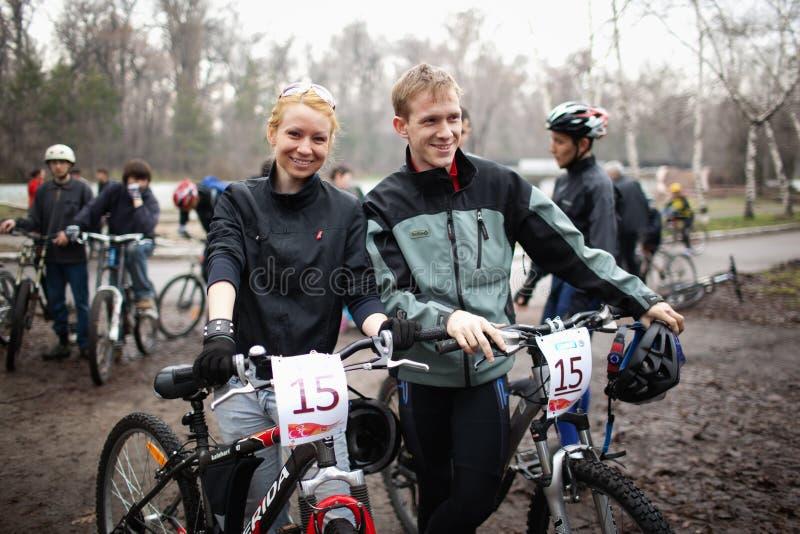 Competición de la bici de montaña del resorte imagenes de archivo