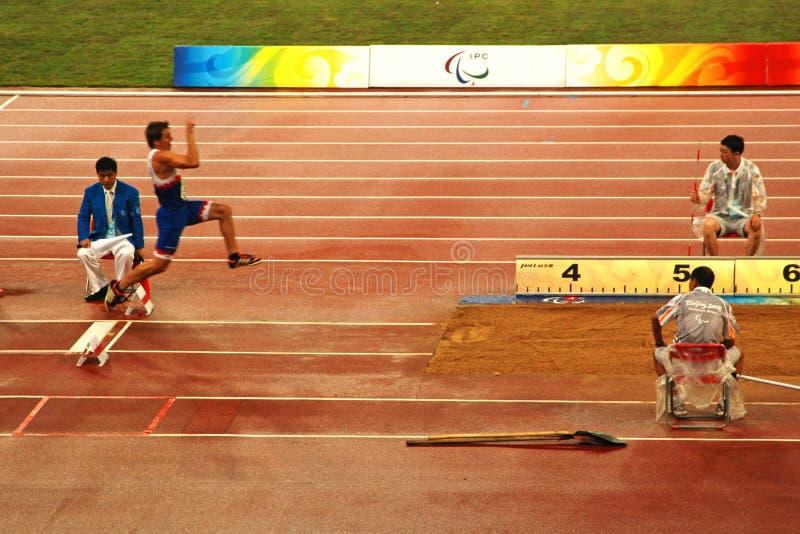 Competición del salto de longitud de los hombres foto de archivo