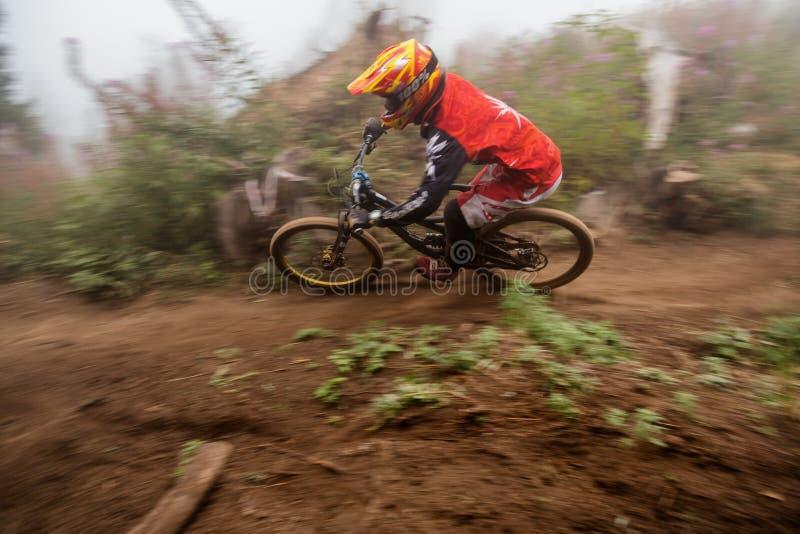 Competición extrema de la bici de montaña fotos de archivo libres de regalías