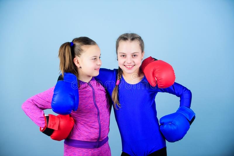Competidores en el anillo y amigos en vida Ni?os del boxeador en guantes de boxeo Adolescencias confiadas Boxeadores de sexo feme fotos de archivo