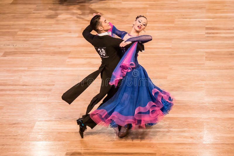 Competidores que bailan el vals o el tango lento fotos de archivo