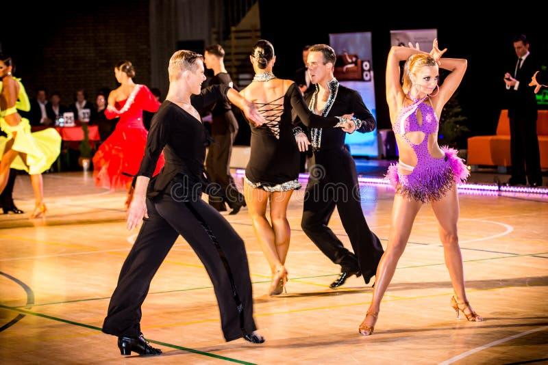 Competidores que bailan la danza latina en la conquista imagenes de archivo