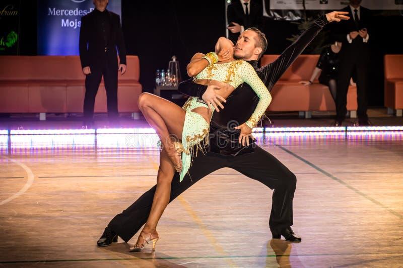 Competidores que bailan la danza latina en la conquista imagen de archivo