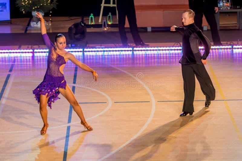 Competidores que bailan la danza latina en la conquista imagen de archivo libre de regalías