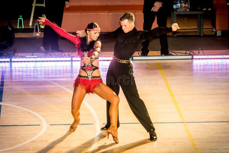Competidores que bailan la danza latina en la conquista fotos de archivo libres de regalías