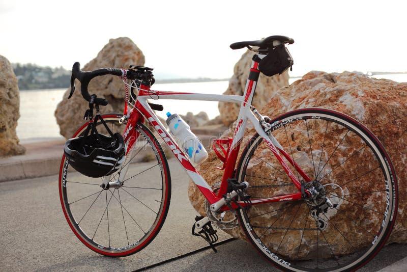 Competindo a bicicleta com capacete fotografia de stock royalty free