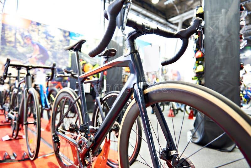 Competindo a bicicleta na loja foto de stock