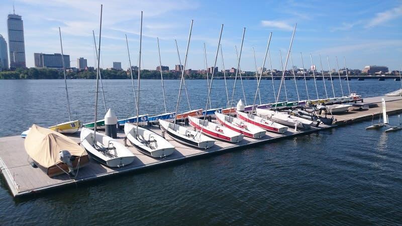 Competindo botes da navigação em Charles River em Boston fotos de stock