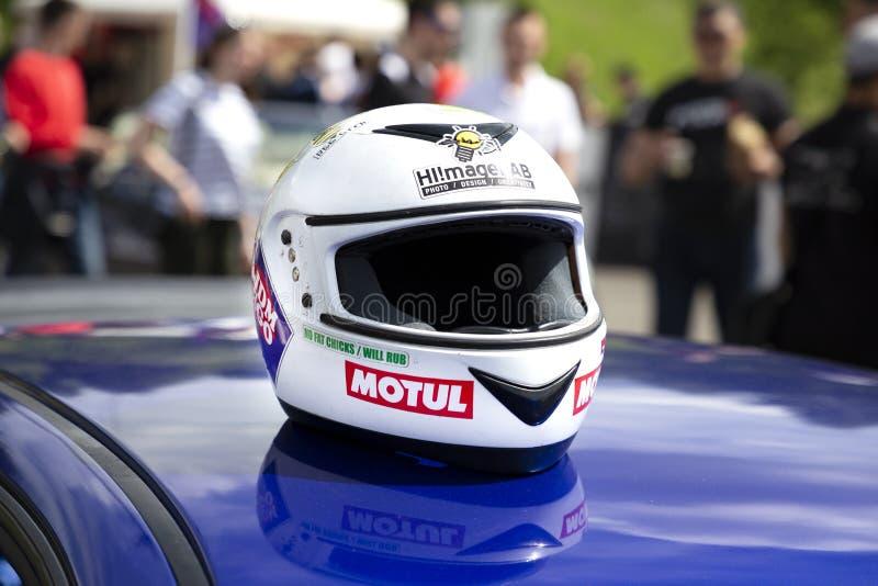 Competindo o capacete no telhado do carro Engrenagem protetora do cavaleiro Mostra de ajustamento, Tomsk, Rússia 2019-06-15 imagem de stock royalty free