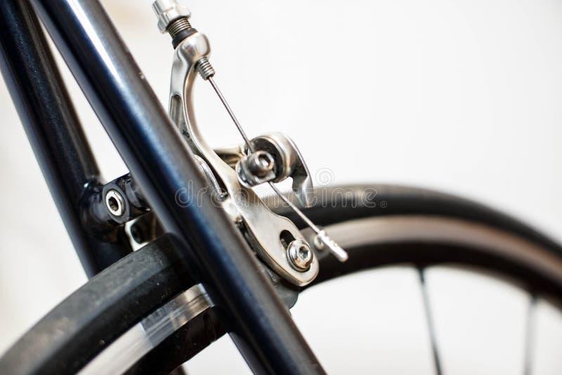 Competir con el mecanismo del calibrador del freno trasero del cromo de la bicicleta imagenes de archivo