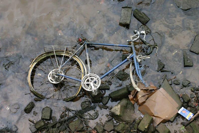 Competir con la bici en el río fotos de archivo