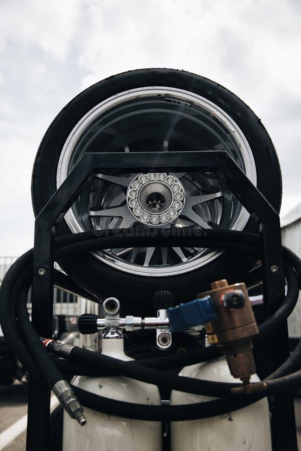 Competir roda em um trole com o tanque comprimido ar - pneus usados foto de stock