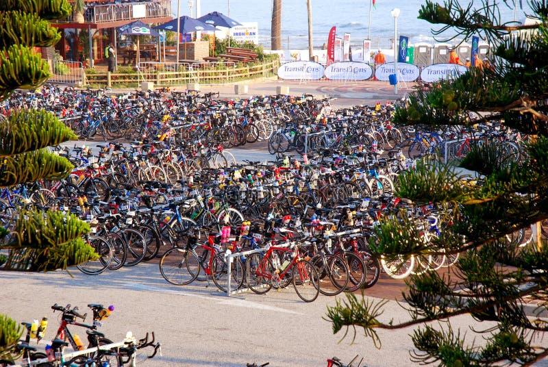 Compita con las bicicletas en el triathlon de Ironman foto de archivo libre de regalías