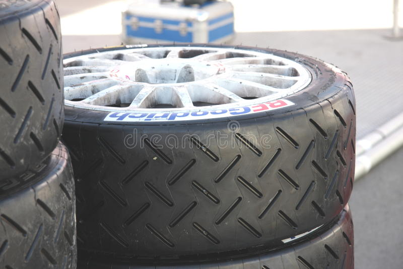 Compita con los neumáticos listos para ser montado en los coches imagen de archivo
