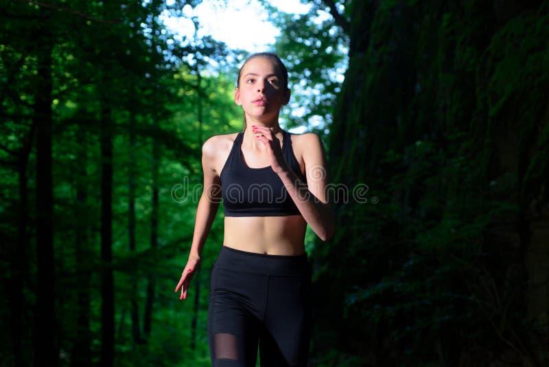 Complètement de l'énergie adaptez votre corps et perdez le poids Concept sain de style de vie Succès de sport Femme de forme phys photos stock