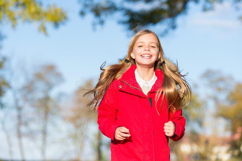 Complètement de l'énergie de la vie Enfant gai sur la promenade de chute Le meilleur choix de manteau chaud pour l'automne Concep photographie stock
