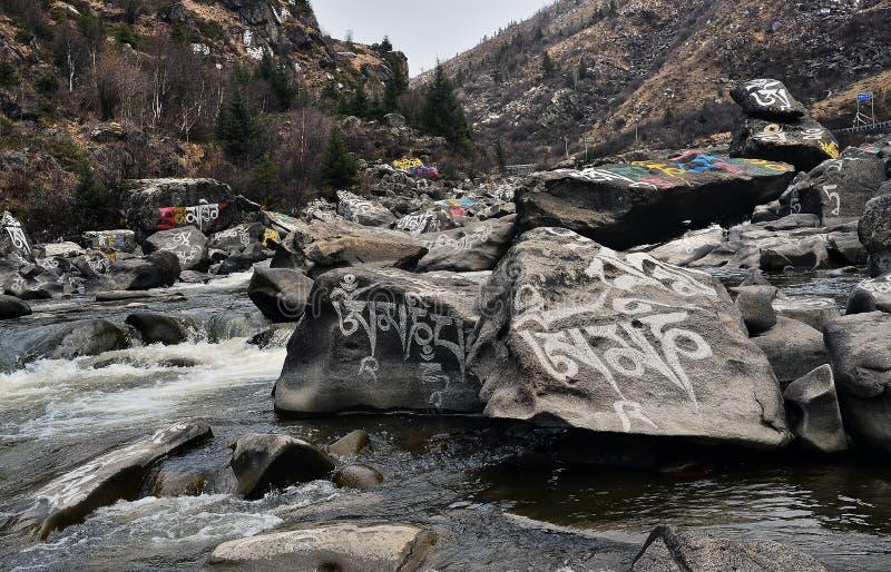 Complètement de la pierre d'Armani découpant la vallée photos libres de droits