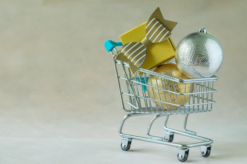 Complètement des boîtes de présent de cadeau et des boules de décoration de Noël dans la minute photographie stock