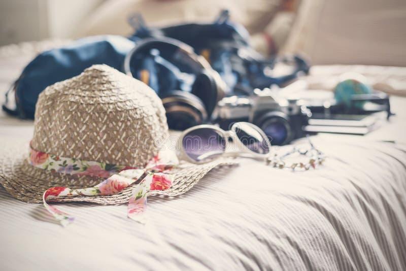 Complètement des choses préparez pour voyager en vacances dans la chambre à coucher image stock