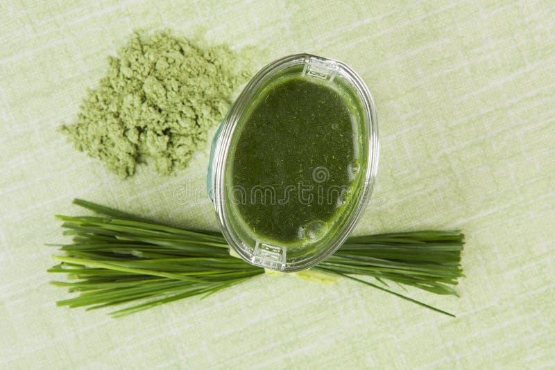 Compléments alimentaires verts. photographie stock