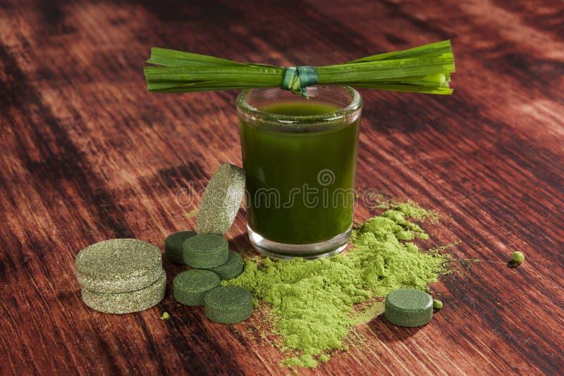 Compléments alimentaires verts photographie stock libre de droits