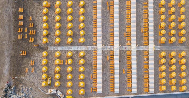 Complétez en bas de la vue aérienne de bourdon des parapluies et des gazebos sur les plages sablonneuses italiennes Riccione, Ita photos stock