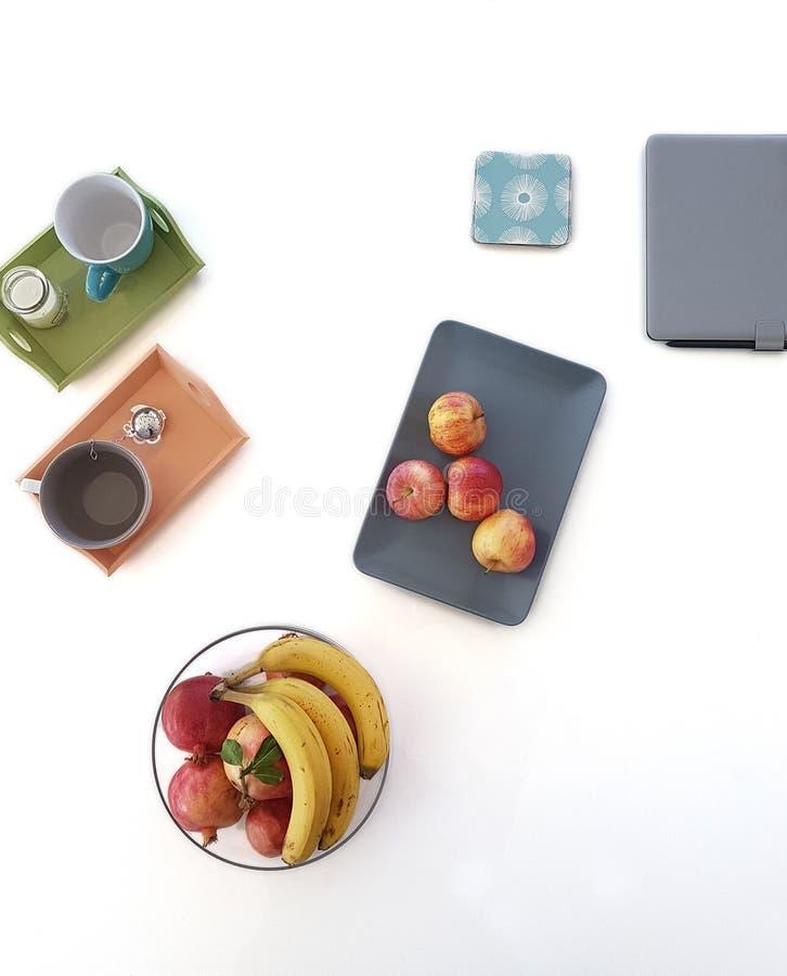 Complétez en bas de la vue des tasses de fruits et d'un comprimé image libre de droits