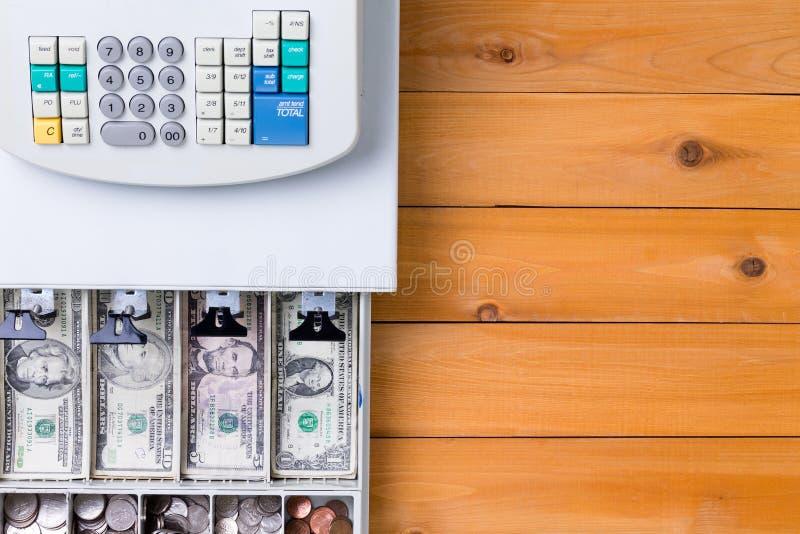 Complétez en bas de la vue sur la caisse enregistreuse complètement des pièces de monnaie photos libres de droits