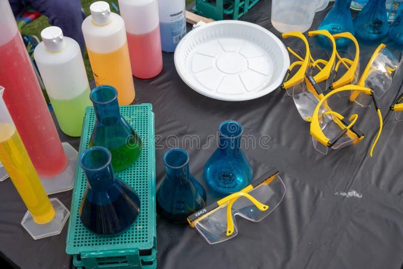 Compl?tez le tir plat du flacon de laboratoire avec le liquide color? pour des exp?riences de la science images stock