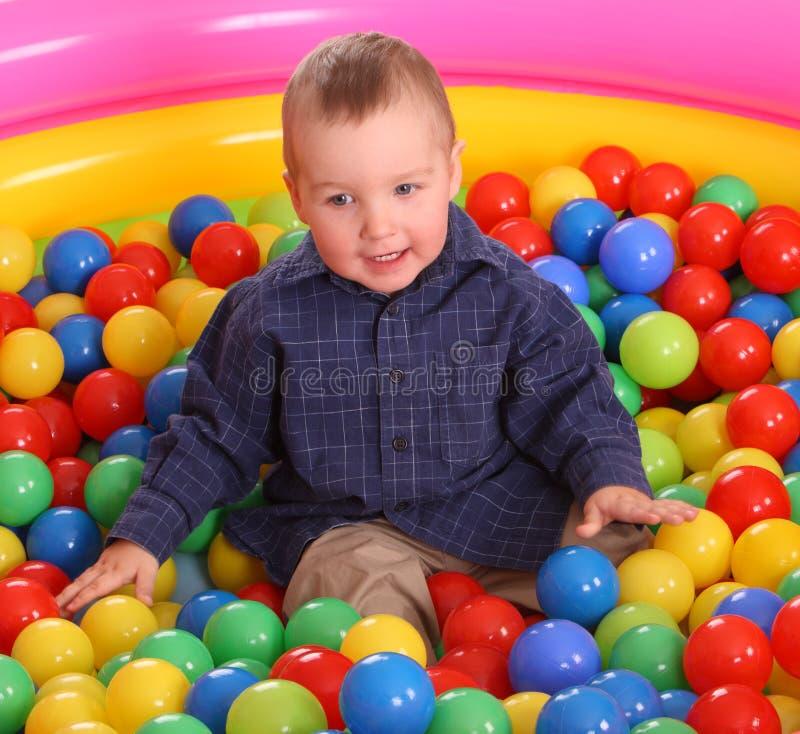 Compleanno del ragazzo di divertimento in sfere. immagini stock