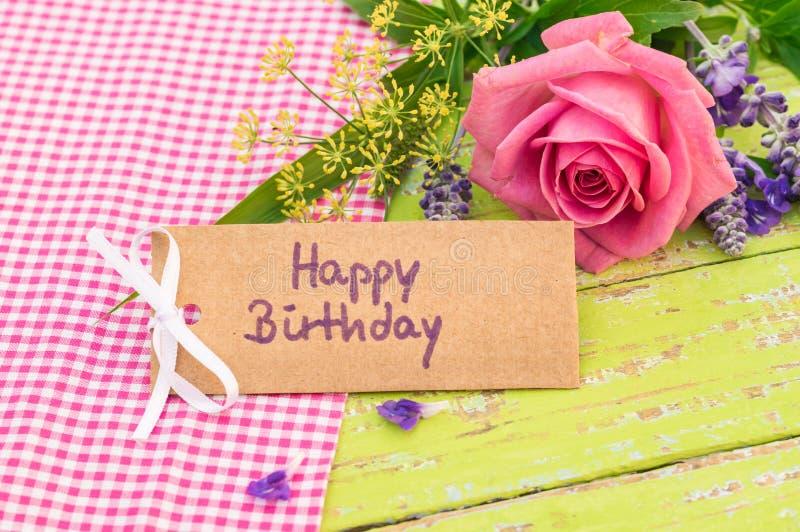 Compleanno della cartolina d'auguri buon con il mazzo rosa del fiore fotografie stock