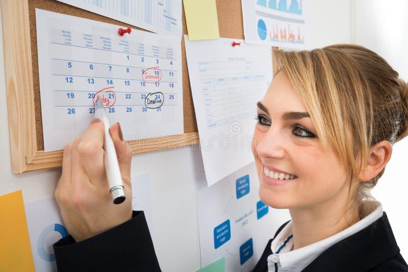 Download Compleanno Della Marcatura Della Donna Di Affari Sul Calendario Immagine Stock - Immagine di ufficio, felicità: 55361005